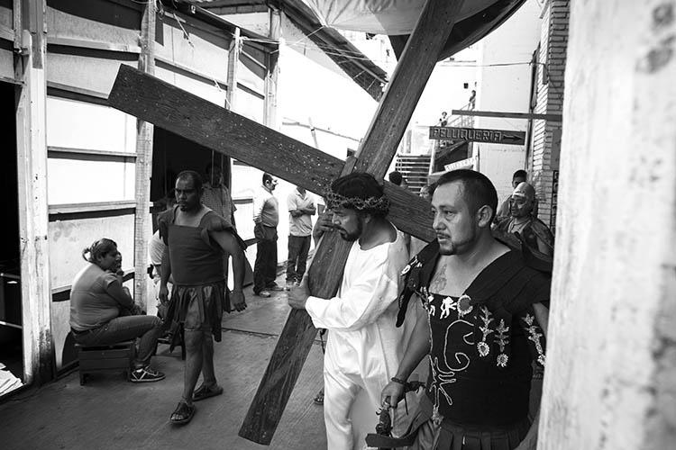 Viacrucis. Internos del  penal de Santa María Ixcotel, Oaxaca. Foto: Mario Arturo Martínez.